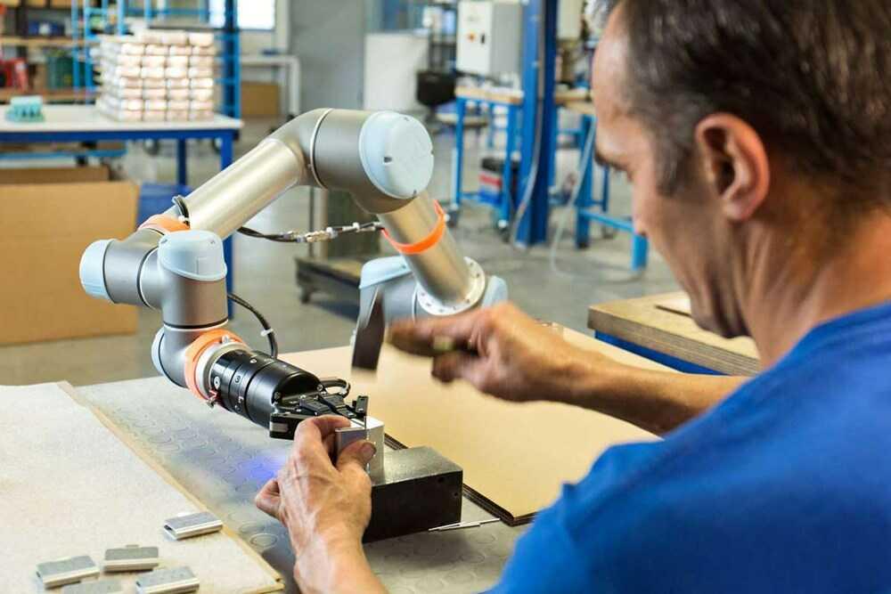 Cobot sản xuất thiết bị y tế